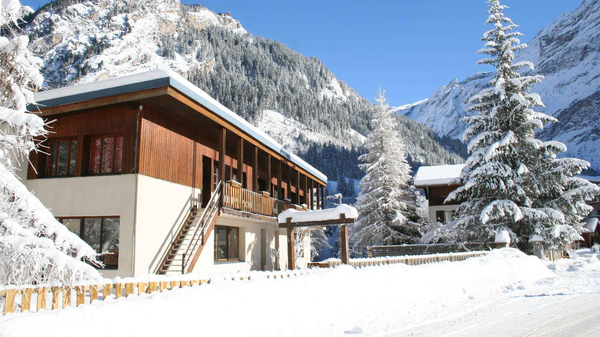 Chalet de la Grande Casse sous la neige à Pralognan pour des séjours adaptés à la montagne avec Anaé