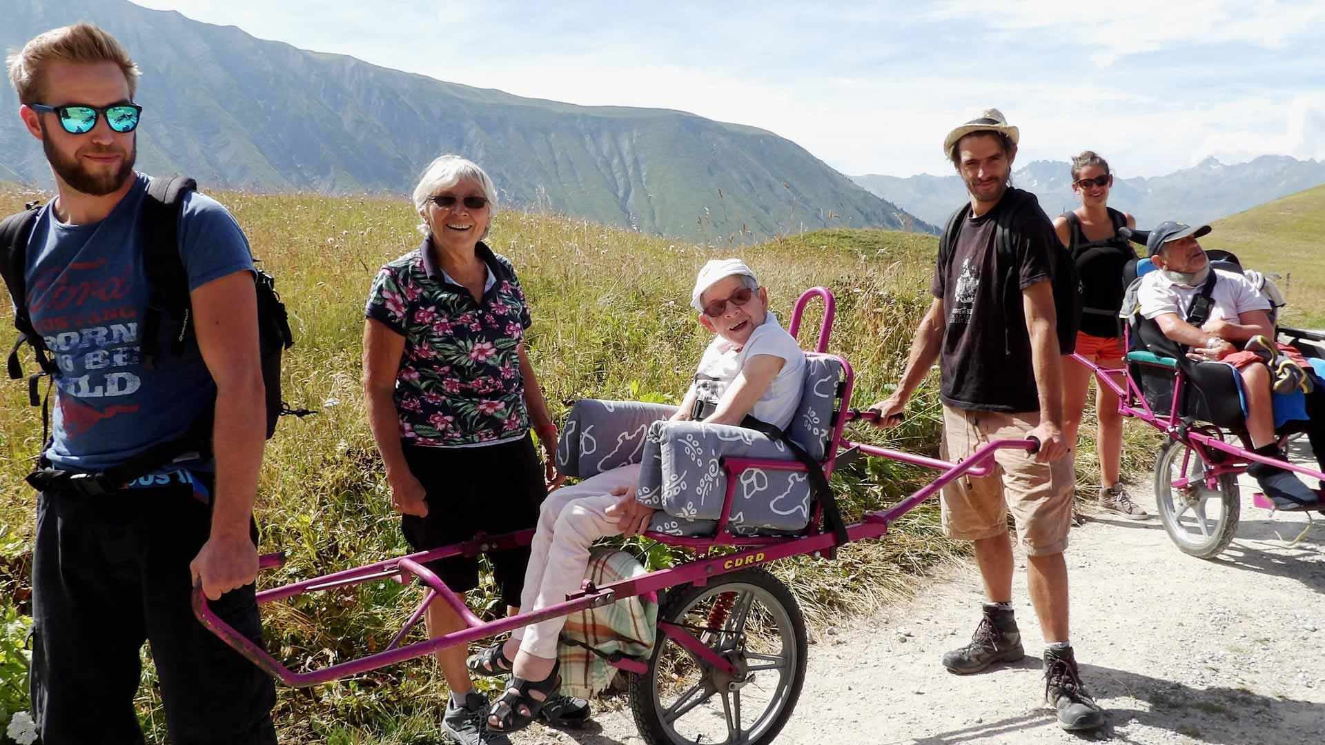 Randonnée accessible en joelette handicap moteur et mental à la montagne