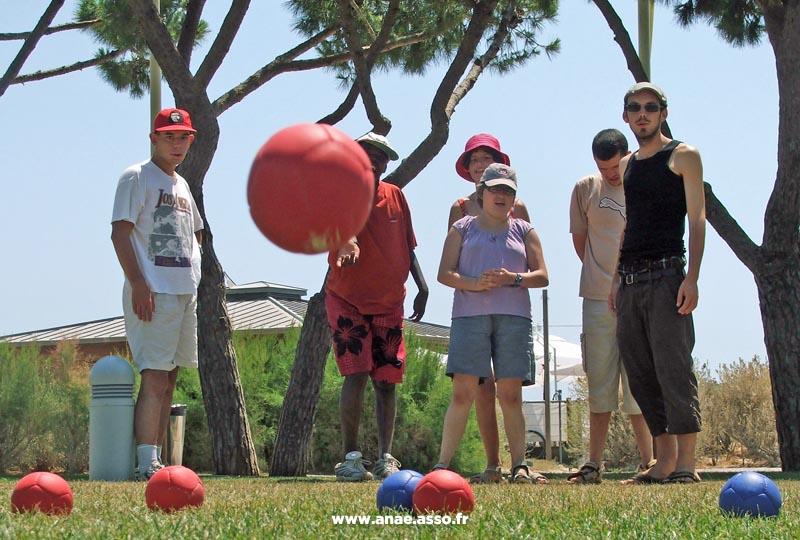 Activité pétanque lors d'un séjour enfants à la Villa Costebelle de l'Anaé