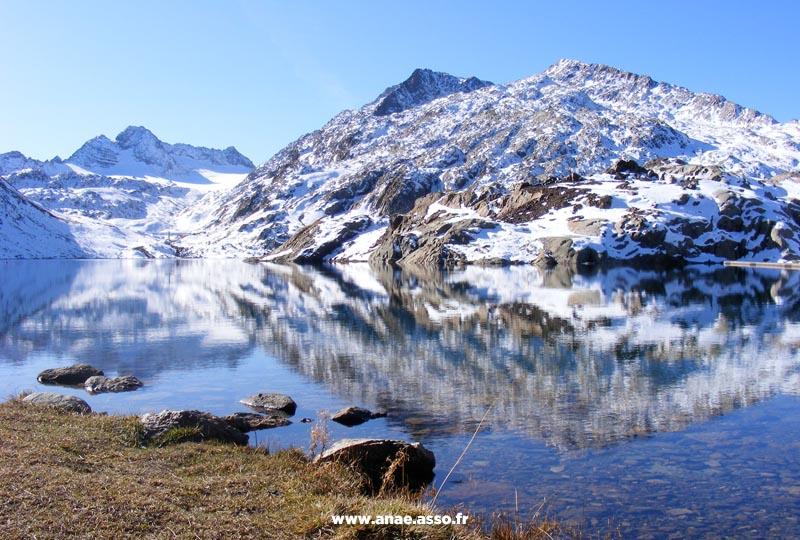Randonnée près d'un lac à Saint-Sorlin d'Arves