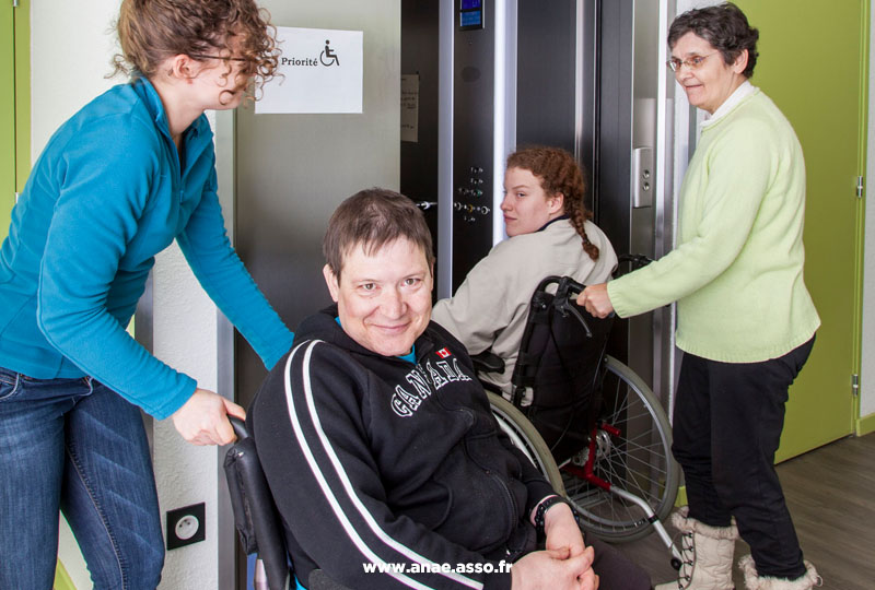 Grand ascenseur accessible en fauteuil roulant manuel et électrique