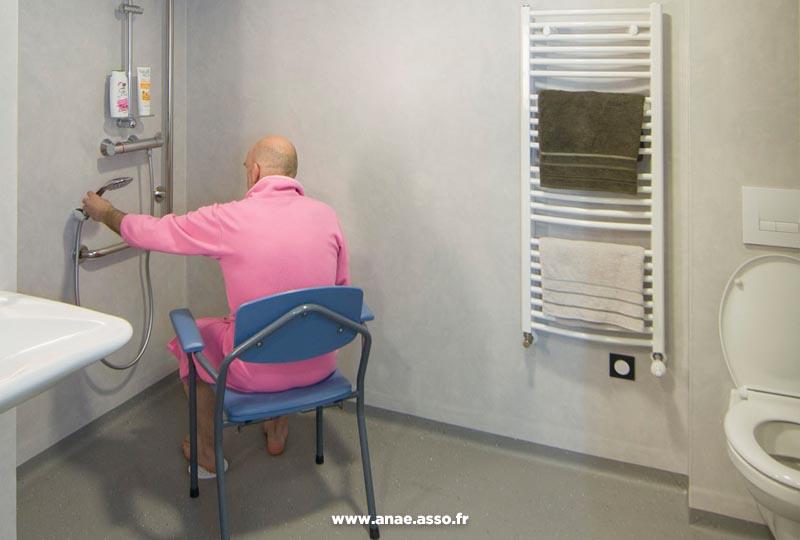 sejour-adapte-handicap-moteur-anae-pralognan-chaise-douche