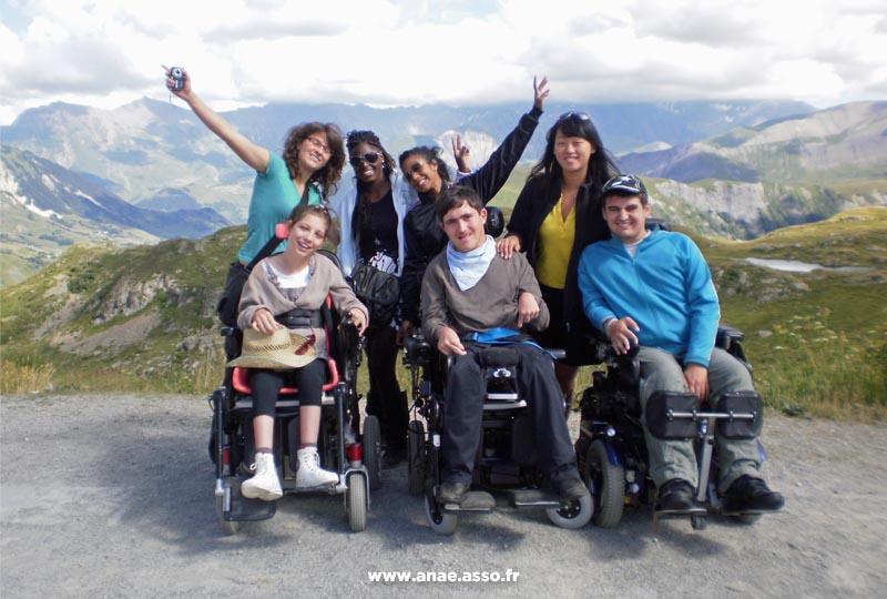 Groupes de vacanciers en fauteuil roulant et leurs accompagnateurs lors d'une randonnée adaptée PMR