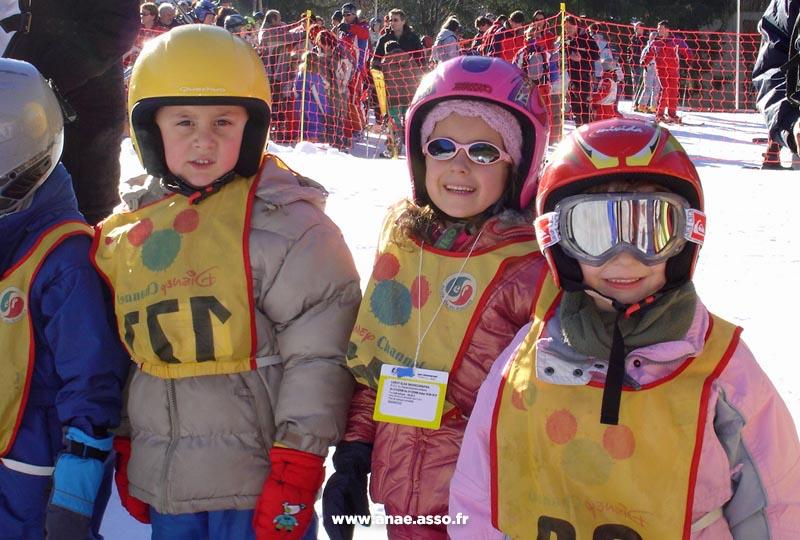 De jeunes enfants apprennent à skier avec des moniteurs de l'ESF