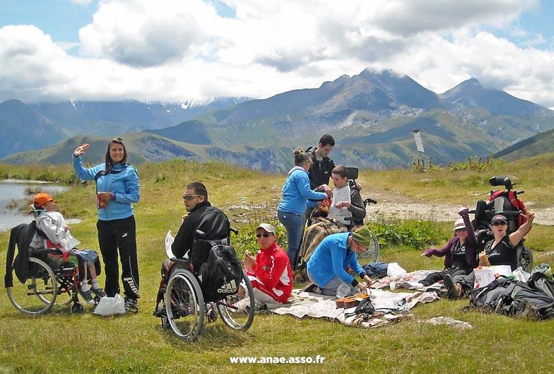 sejours-adaptes-handicap-pmr-pique-nique-montagne-ete-lac-saint-sorlin