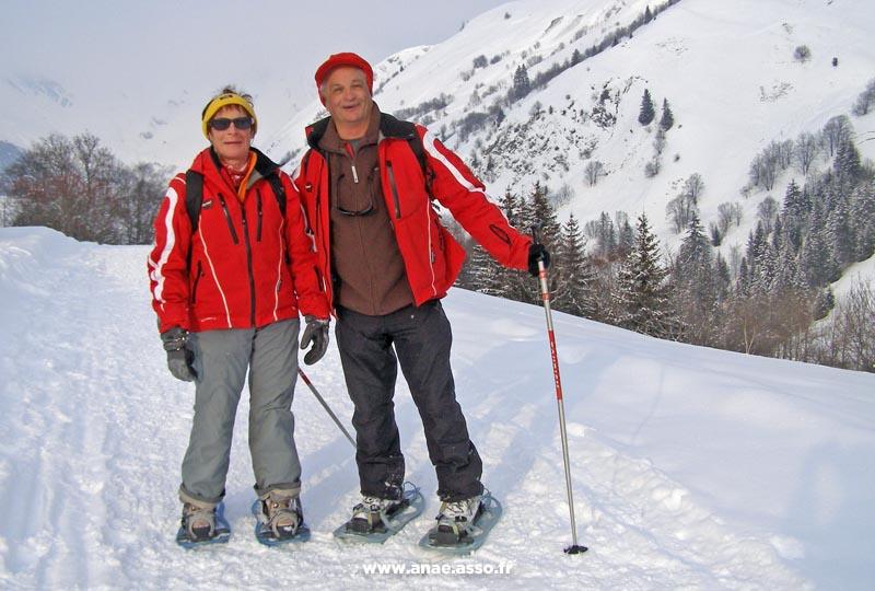 Un couple de vacanciers heureux lors d'une randonnée