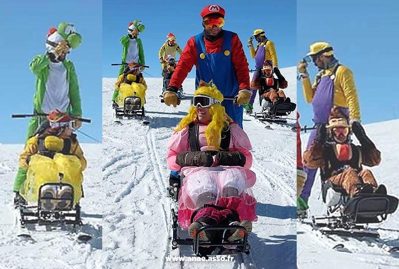 Des vacanciers déguisés en personnages de Mario Kart lors d'une session de ski assis adapté PMR !