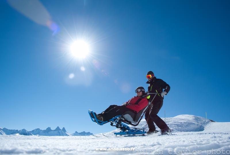 vacances-pmr-famille-handicap-activite-adaptee-ski-assis