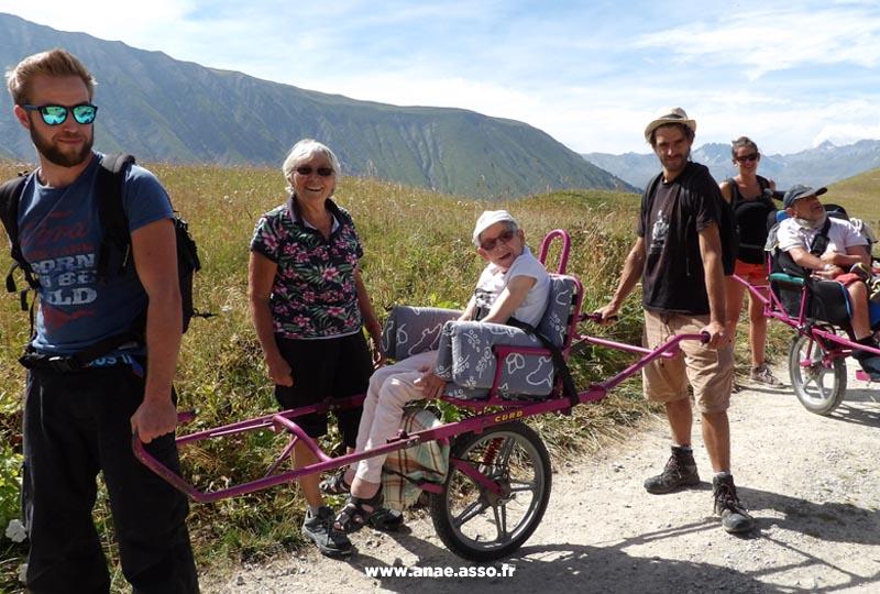 vacances-pmr-printemps-famille-handicap-activite-adaptee-randonnee-joelette
