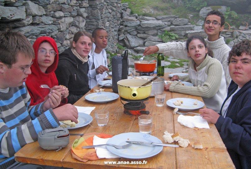 Repas montagnard en extérieur