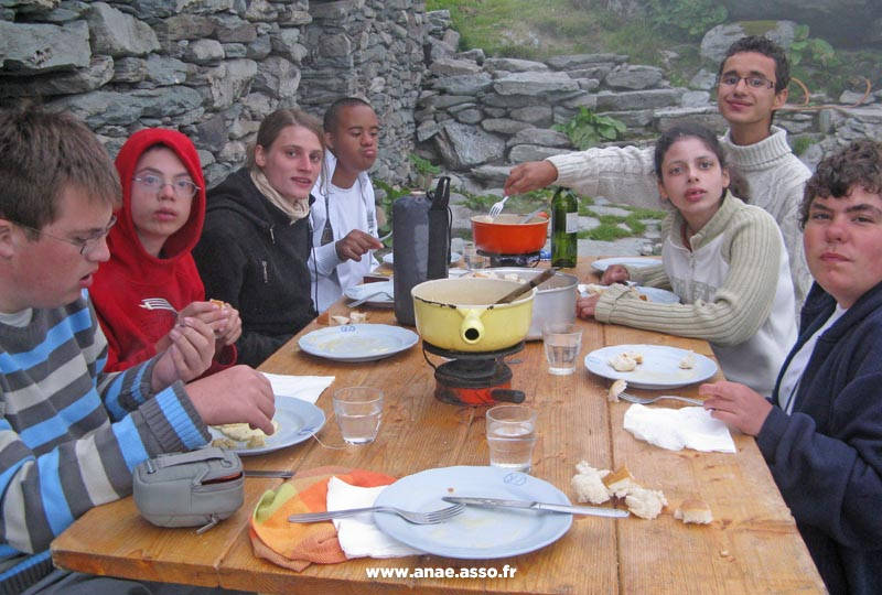 sejour-adapte-handicap-mental-repas-montagnard