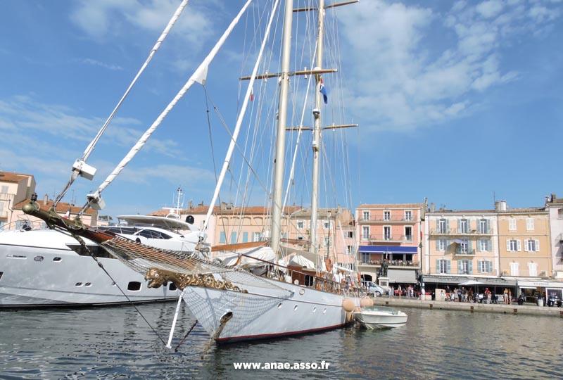 Des excursions encadrées sont proposées lors des séjours de vacances adaptées, comme des promenades en bateau