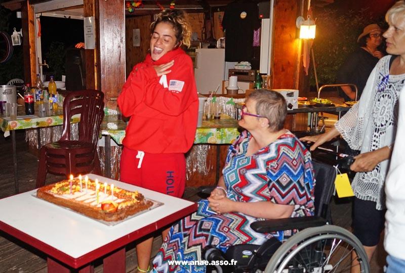 Des vacanciers fêtent un anniversaire lors d'un séjour adapté