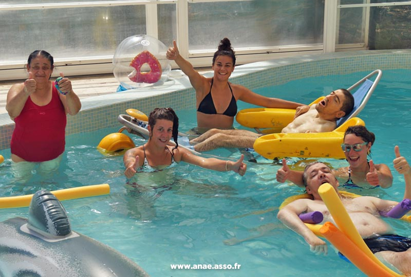 vacances-adaptees-activite-piscine