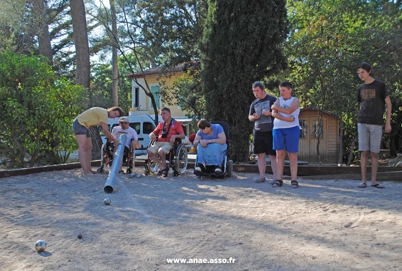 Partie de pétanque adaptée aux personnes en situation de handicap moteur et mental