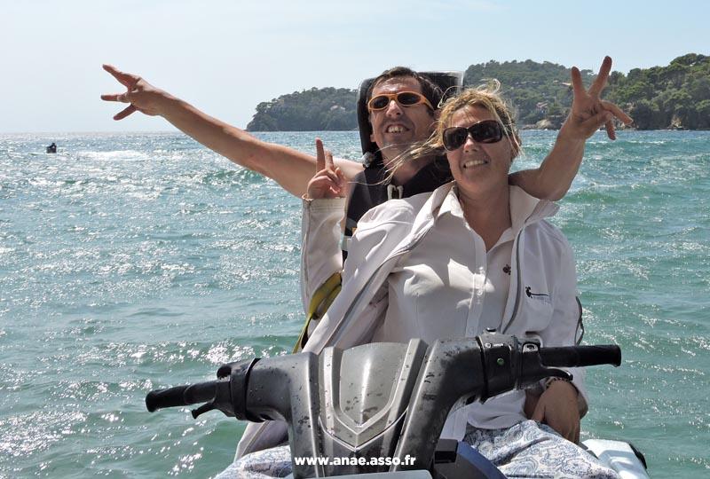 Session de jet ski lors d'un séjour de vacances adaptées à la mer