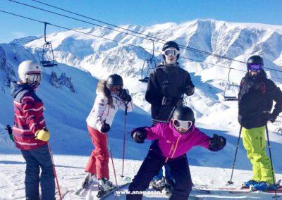 Une famille en train de faire du ski