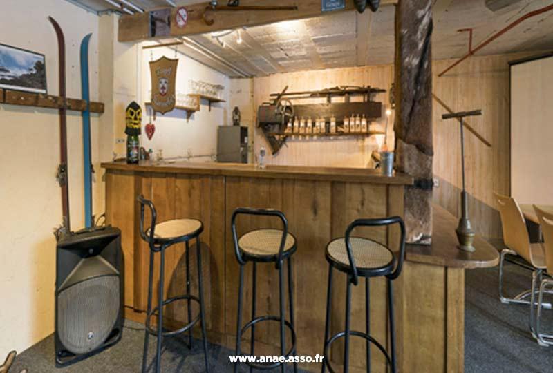 Le centre de vacances Anaé dispose de plusieurs espaces de convivialité comme un bar
