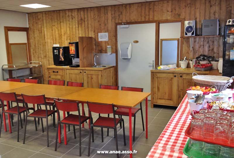 Le centre de vacances Anaé propose le petit-déjeuner chaque matin dans une salle dédiée