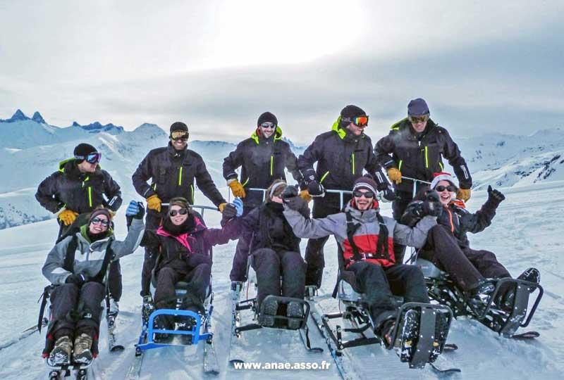 Pratique du ski assis en groupe