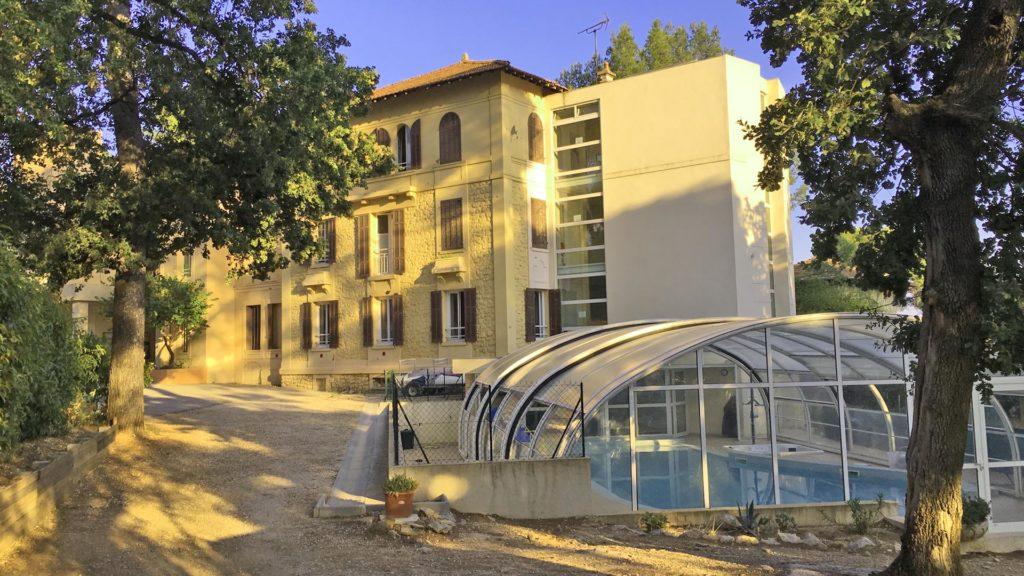 Vue sur la Villa Costebelle et la piscine accessible PMR du centre de vacances adaptées tout handicap de l'Anaé à Hyères-les-Palmiers